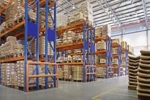 एक कारखाना मा बहुपरत रैक संग गोदाम
